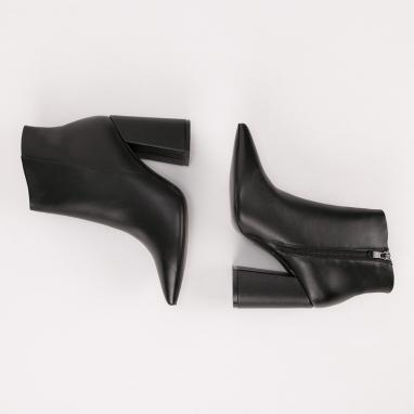 Μυτερά μποτάκια με μοντέρνο τακούνι